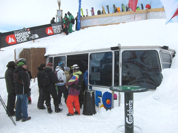 At the Xtreme Verbier, final round of the Freeride World Tour: buying refreshments from the former Mont-Fort cable car